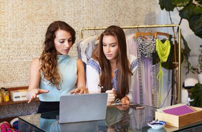 Duas mulheres trabalhando em loja de roupa - FAGG contabilidade para Comércio