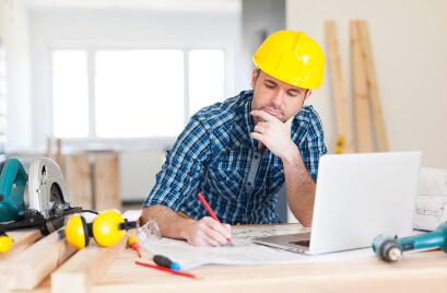 Engenheiro analisando projeto na mesa - Fagg Contabilidade para Construção Civil