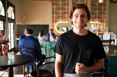 Jovem Sorrindo com cardápio na mão - Fagg Contabilidade para Restaurantes, Bares, Lanchonetes e Pizzarias